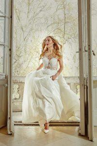 Braut läuft gestresst im Brautkleid