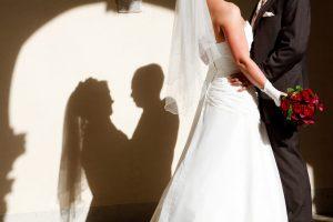 Brautpaar umarmt sich und wirft einen Schatten in Herzform