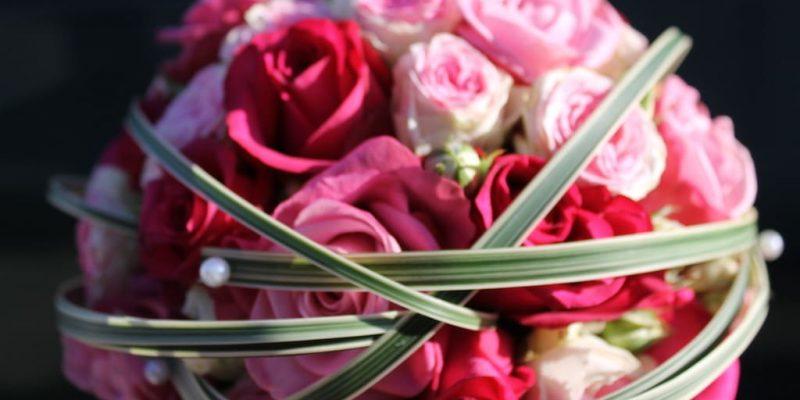 Blumen Hochzeitsdekoration mit Rosen in rosa und pink