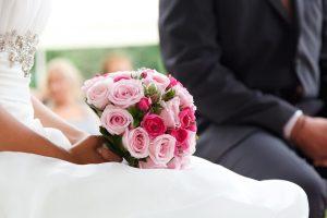 Brautpaar sitzt bei der freien Trauung