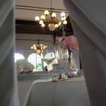 Hochzeitsfeier mit gedecktem Tisch, Dekoration und Floristik