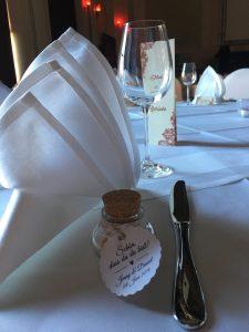 Gästegeschenk auf dem Tisch