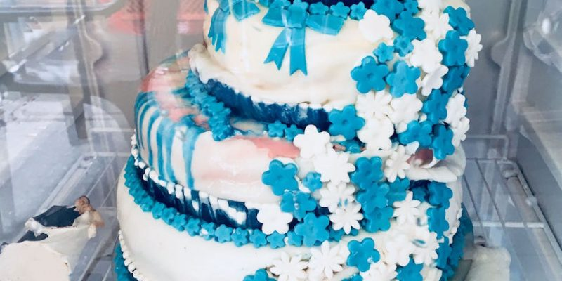 Hochzeitstorte in blau-weiß fällt zusammen und Fondant schmilzt weil zu feucht