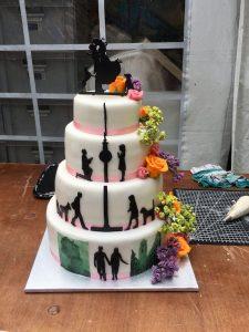 4stöckige Torte mit Blumen und Geschichte vom Brautpaar
