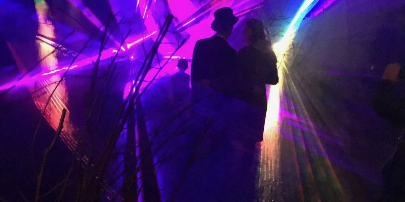 Glückliches Brautpaar Abschluss Lasershow mit Brautpaar und Gäste
