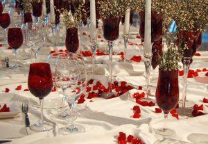 feierlich gedeckter Tisch in weiss und rot mit goldener Dekoration